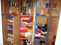 ygieneartikel und Kleidung im Duschbereich der Schule Traian Dârjan