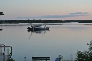 Båt som hamnat i sjönöd natten innan sas det. Stod brummade med pumpar och lät mer som muddring. Hela natten