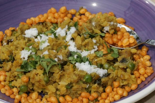 Vangi pohe with some crunchy masala boondi
