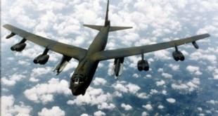 B-52 sprengjuvél eins og sú sem Bandaríkjamenn senda til Svíþjóðar.