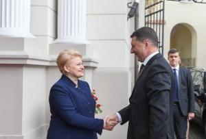 Dalia Grybauskaite, forseti Litháens, tekur á móti Raimonds Vejonis,  nýjum forseta Lettlands,.