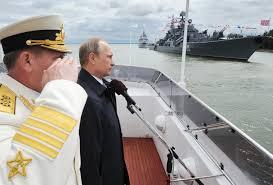 Vladimír Pútín fylgist með flotasýningu á Eystrasalti.