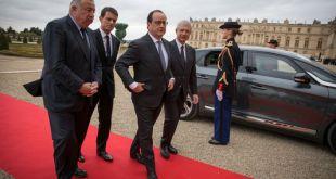 François Hollande kemur til þingfundar í Versala-höll