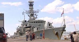 NATO-herskip í Helsinki-höfn.