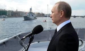 Vladimír Pútín Rússlandsforseti hyllir rússneska flotann í St. Pétursborg.