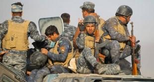 Sigurvissir íraskir hermenn á leið til Mosul.
