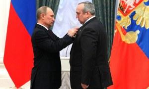 Vladimir Pútín Rússlandsforseti sæmir Frants Klintsevitsj heiðursmerki.