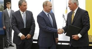 Fremst til vinstri er Igor Setsjín, forstjóri Rosneft, Valdimír Pútín og Rex Tillerson. Myndin er tekin í Rússlandi í júní 2012. I