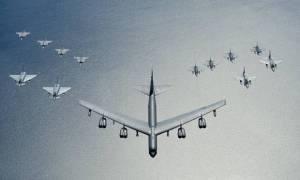 Bandarísk sprengjuvél af B-52-gerð er í forystu oddaflugs með orrustuþotum frá Svíþjóð, Póllandi, Þýskalandi og Bandaríkjunum. Vélarnar eru á eftirlitsflugi yfir Eystrasalti. Myndin er frá bandaríska flughernum.