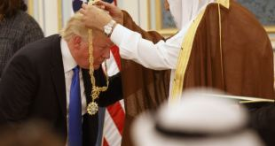 Salman. konungur Sáda, sæmir Donald Trump æðsta heiðursmerki konungdæmisins.
