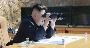 Kim Jong-un harðstjóri fylgist með eldflaugarskoti sínu.