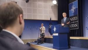 Jens Stoltenberg, framkvæmdastjóri NATO, kynnir dagskrá varnarmálaráðherrafundarins.