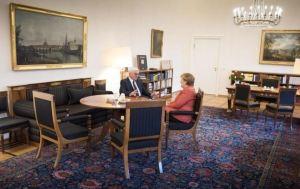 Frank-Walter Steinmeier Þýskalandsforseti og Angela Merkel Þýskalandskanslari ræða saman í forsetahöllinni í Berlín mánudaginn 20. nóvember.