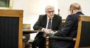 Frank-Walter Steimeier Þýskalandsforseti ræðir við Martin Schulz, leiðtoga SPD.