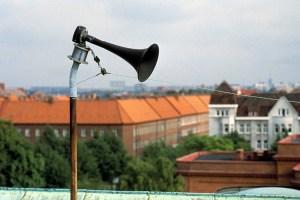 Signalen Viktigt meddelande till allmänheten (VMA) testas fyra gånger per år. Signalen går ut genom så kallade ljudgivare (bilden), som finns på hustak i många större tätorter i Sverige.