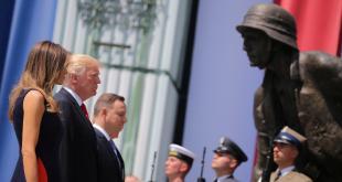 Myndin sýnir Melaniu Trump forsetafrú, Donald Trump Bandaríkjaforseta og Andrzej Duda Póllandsforseta fyrir framan minnismerkið um uppreisnina í Varsjá á Karsinski-torgi í Varsjá 6. júlí 2017.