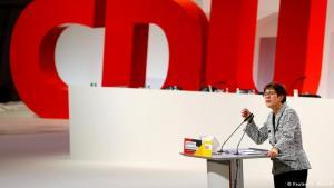 Annegret Kramp-Karrenbauer ávarpar CDU-þingið.