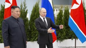 Við upphaf fundarins í Vladivostok. Kim Jong un og Vladimir Pútin.