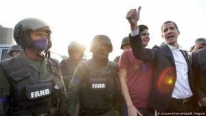 Juan Guaidó með hermönnum í flugherstöð við Caracas.