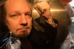 Julian Assange í lögreglubíl í London.