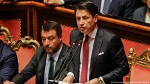 Giuseppe Conte, forsætisráðherra Ítalíu, boðar afsögn sína. Við hlið hans situr Matteo Salvini sem sprengdi stjórnarsamstarfið.