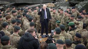 Boris Johnson ávarpar breska hermenn í Eistlandi.