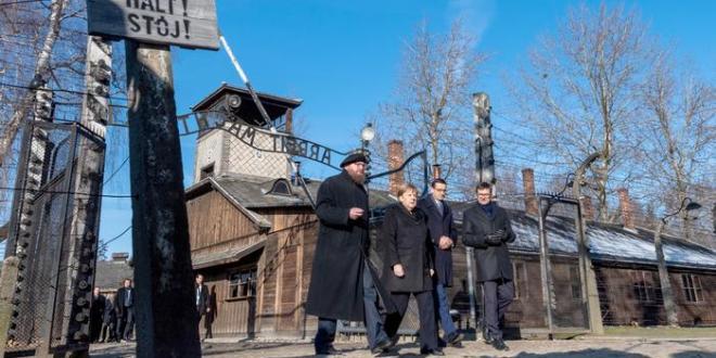 """Merkel í Auschwitz: """"Ég fyllist djúpri skömm"""""""