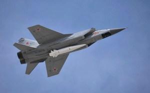 Kinzhal-flaug neðanj í MiG31 orrustuþotu.