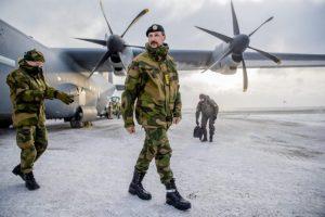 Hakon krónprins og Haakon Bruun-Hanssen, yfirmaður norska hersins, stíga úr Lockheed C-130 Hercules norska flughersins á vellinum við Olonkinbyen á Jan Mayen.