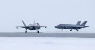 Norski flugherinn tók þessa mynd af tveimur F-35 orrustuþotum á Keflavíkurflugvelli.