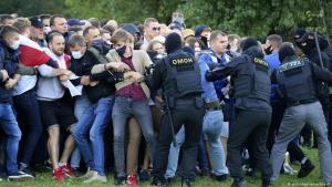Lögregla tekur á mótmælendum í Minsk.