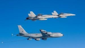 Bandarísk KC-135 Stratotanker – eldsneytisflugvél og F/A-18 Hornet-orrustuþota.