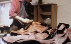 縫製が上がったレザージャケットを最終工程の2度染め。