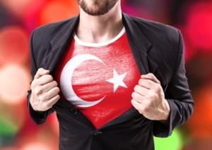 Mann zeigt Türkei-T-Shirt