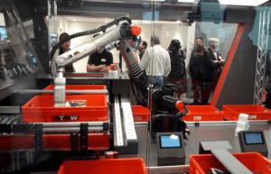 Intelligenter Roboter am Stand von TGW