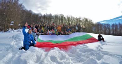 Местен туристически поход събра 108 души на връх Яворец