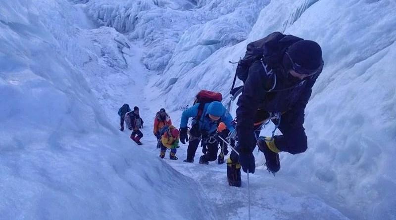 Откъснат серак рани шерпи в района на ледопада Кхумбу