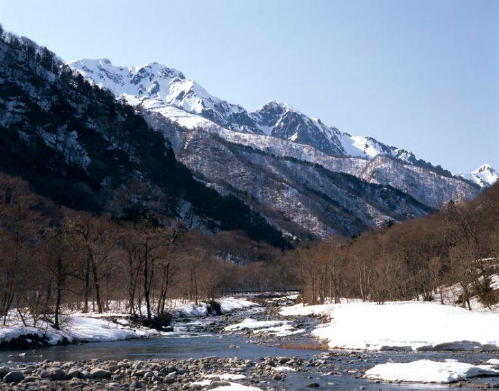冬の谷川岳と湯檜曽川