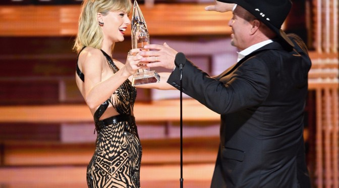 Taylor Swift Presents Garth Brooks with the EOTY Award at the 50th CMA Awards. – Watch