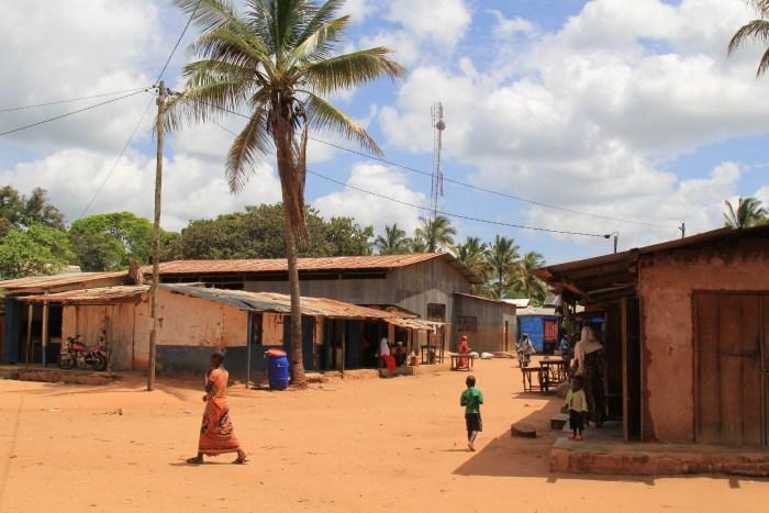 Petit commerce électrifié dans un village en Tanzanie Continentale