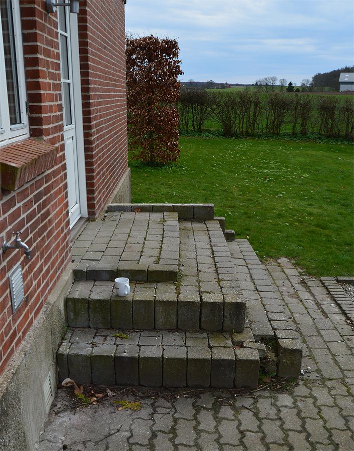Beton trappen med sten.