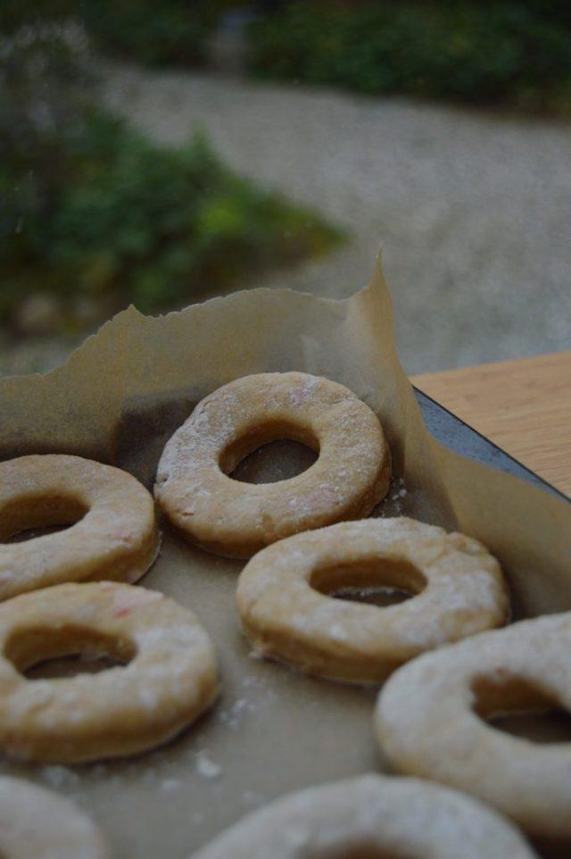 Donuts klar til at komme i gryden.