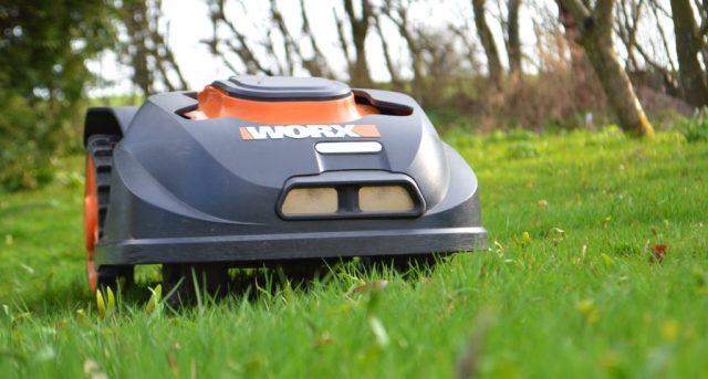 Robotplæneklipper slår græsset.