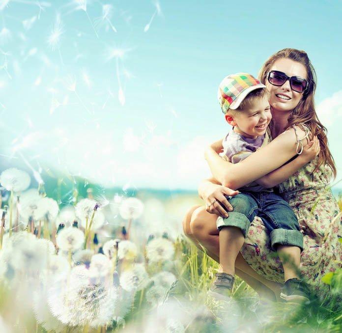 μητέρα αγκαλιάζει παιδί
