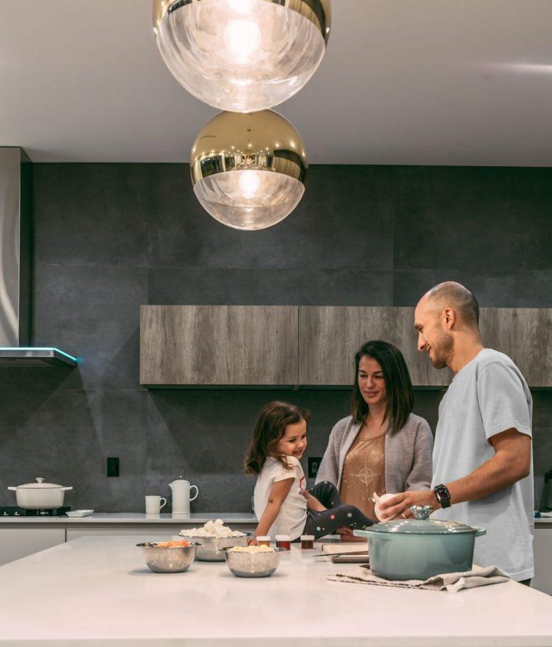 Οικογένεια μαζί στην κουζίνα