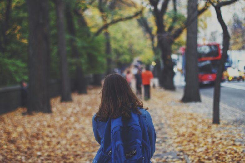 κορίτσι με σχολική τσάντα