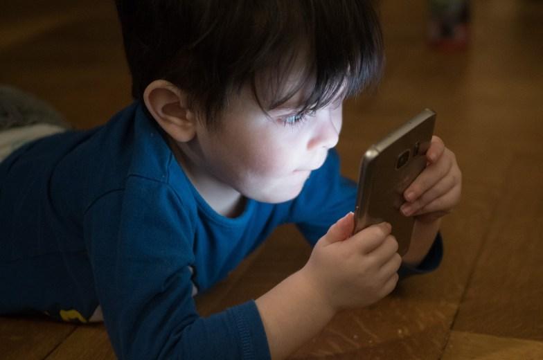 παιδία με κινητό κορονοϊός