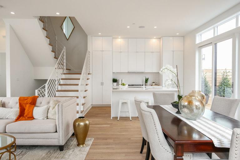 дизайн гостиной с лестницей на второй этаж 5