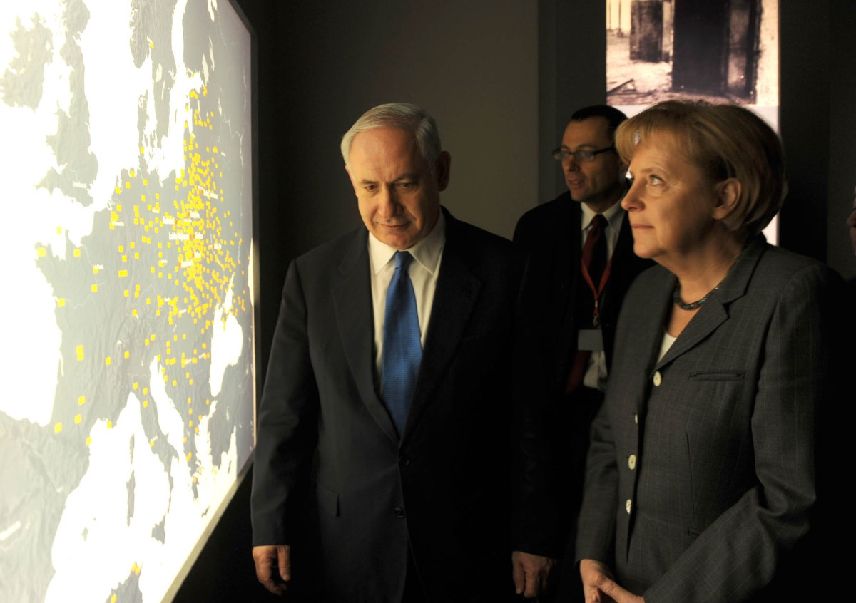 Israeli PM Benyamin Netanyahu with German Chancellor Angela Merkel at the Holocaust Museum in Berlin