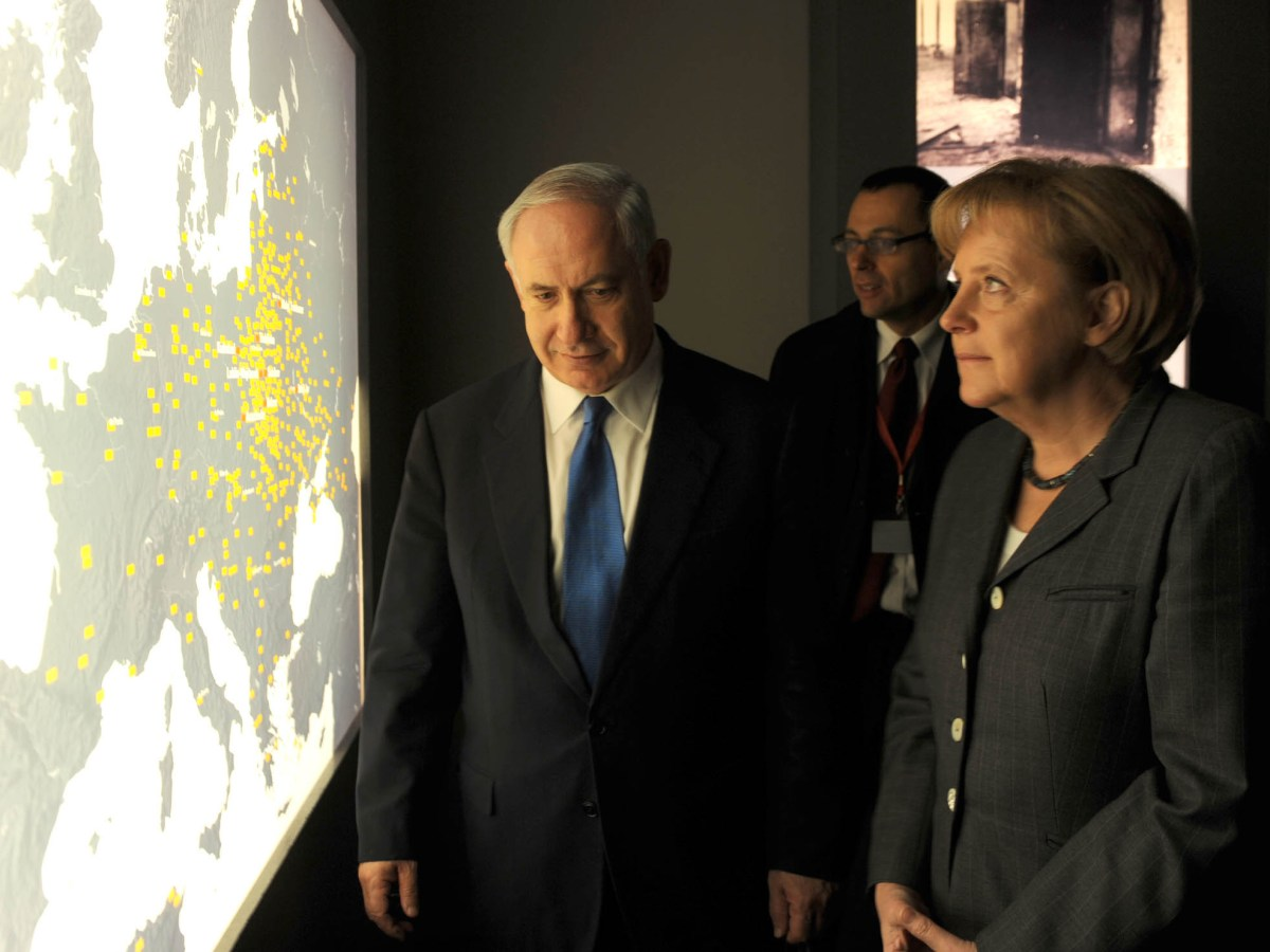 Israeli PM Benyamin Netanyahu with German Chancellor Angela Merkel at the Holocaust Museum in Berlin